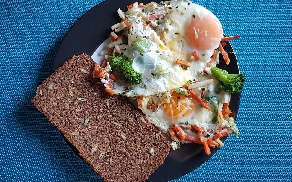 brunch huevos con verduras desayuno saludable