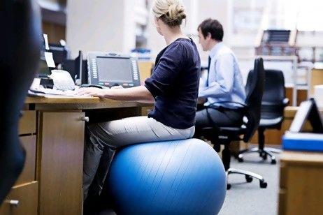 O también puedes probar con algo inestable donde sentarte (¡al menos seguro trabajas los abdominales!)